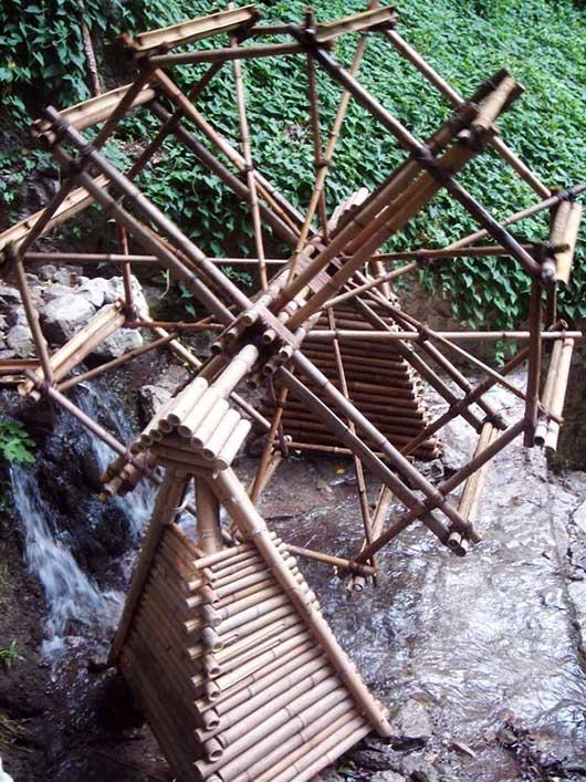 водяная мельница из бамбука