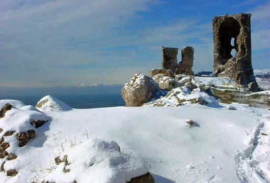 Великолепный зимний вид развалин крепости Чембало