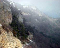 снег на отвесных скалах