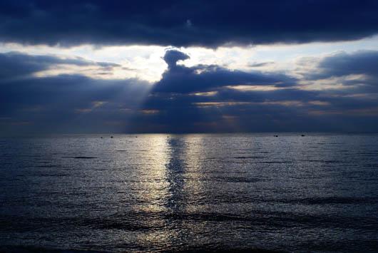 Красивый ночной вид моря фото