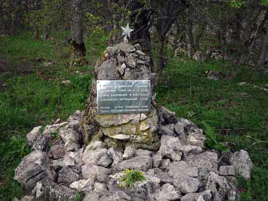 памятник в лесу