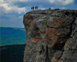 На краю скалы