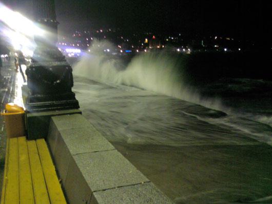 Шторм ночью на набережной