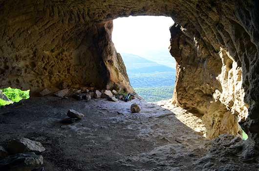 Красивый вид из пещеры на долину