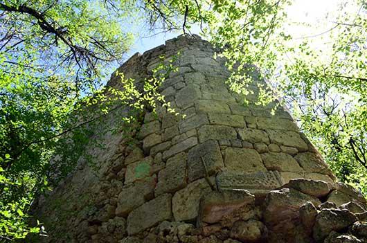 Крепостной вал в пещерном городе