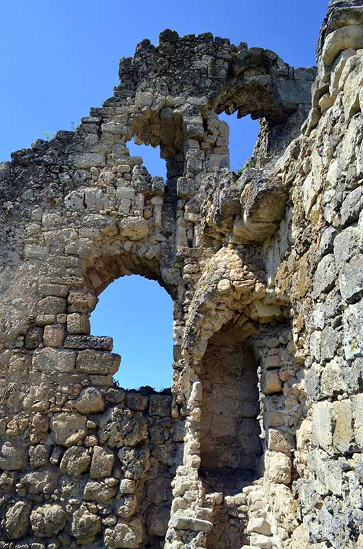 Вид старых развалин