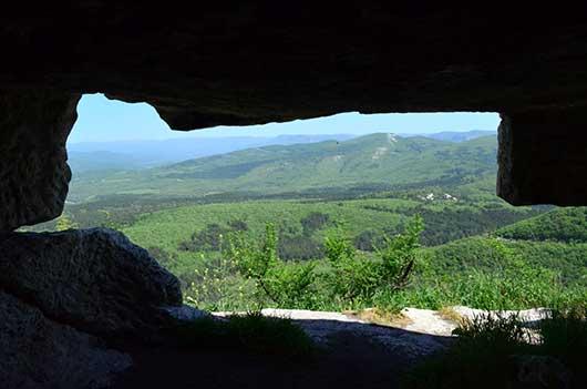 С прекрасный вид на долину из пещеры