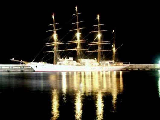 парусник в ночном порту