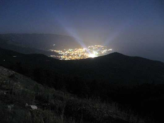 ночной вид Ялты с гор