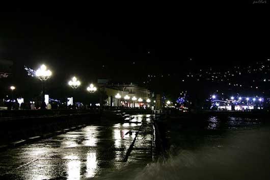 Ночной вид набережной Ялты фото
