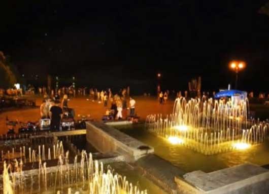 фонтаны на набережной Ялты ночью