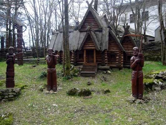 древний терем с фигурами