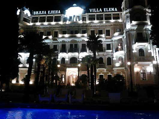 отель вилла Елена ночью фото