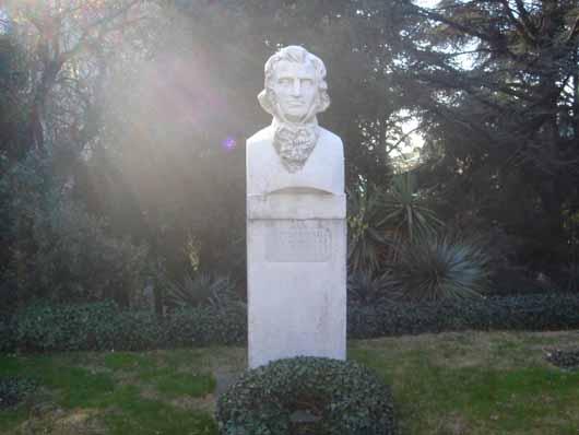 памятник основателю НБС