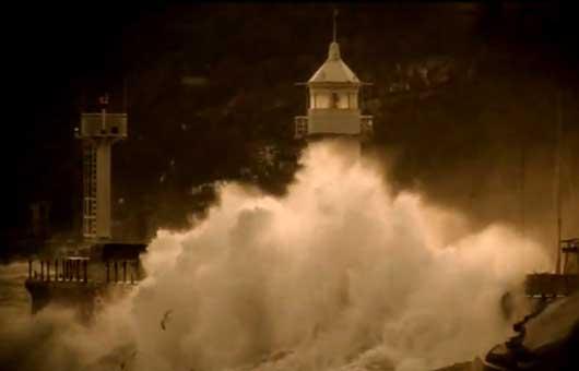 шторм на набережной