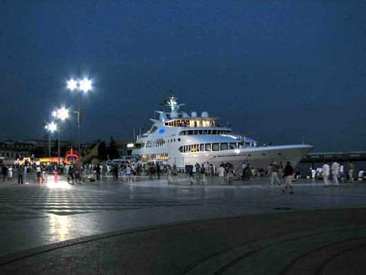 Пришвартованная яхта на набережной