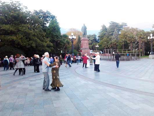Танцы для пенсионеров на набережной