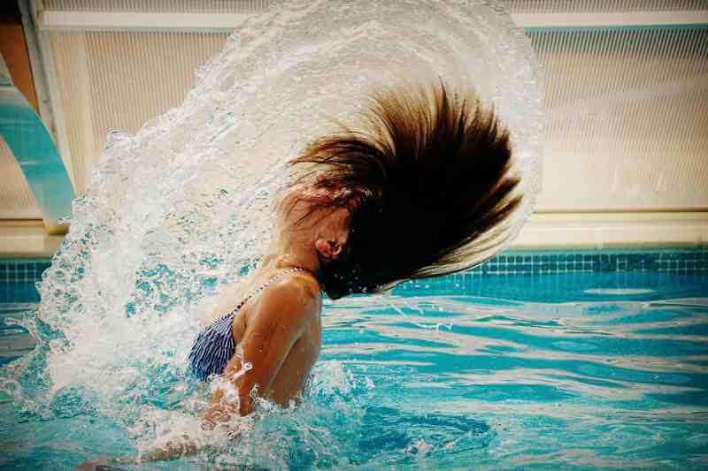 Как вода бассейна влияет на волосы