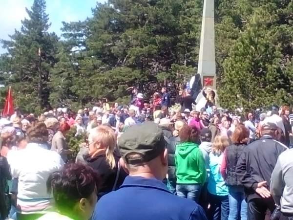 Возложение венков к памятнику погибшим партизанам