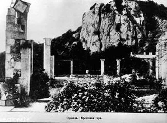 Руины крепости возле горы Крестовой
