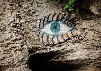 Нарисованный глаз при входе в пещеру Трёхглазку