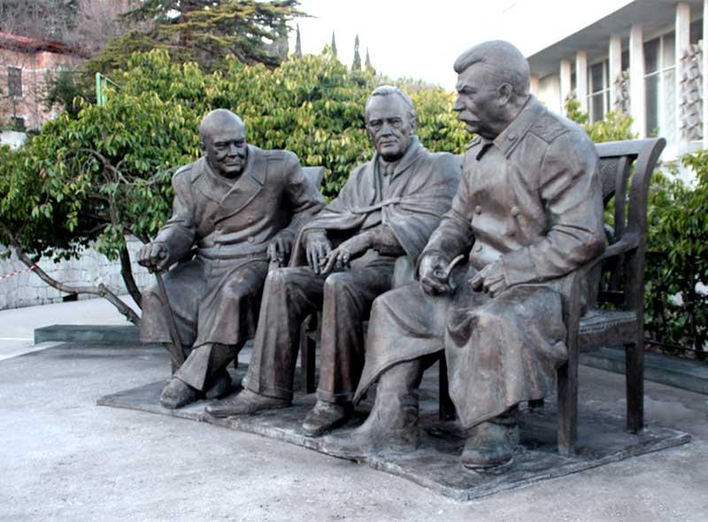Памятник в Ливадийском дворце участникам крымской конференции