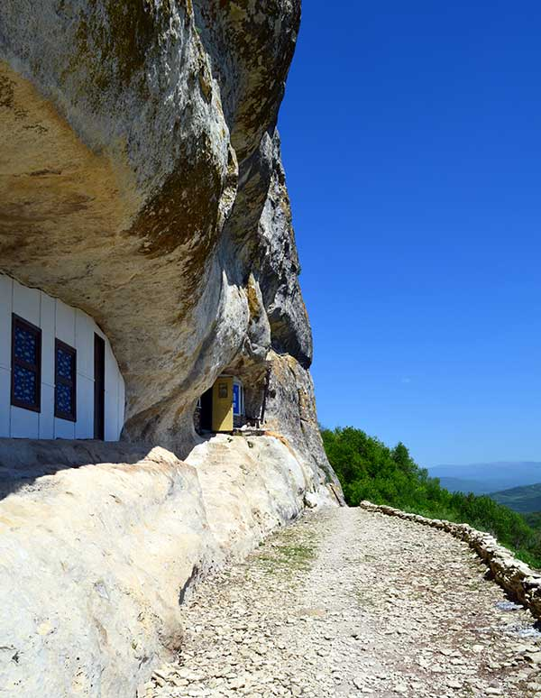 Пещерные постройки на Мангуп-Кале
