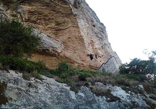 кельи в скале