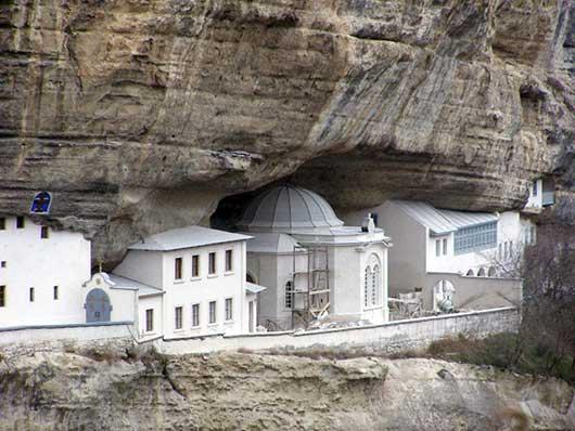 Монастырь в скалах