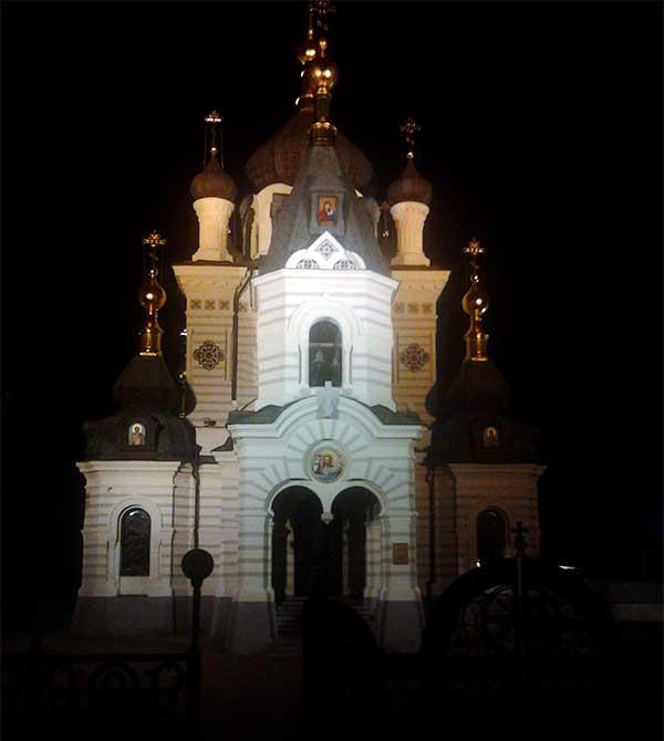 Церковь Воскресения Христова в Форосе ночью