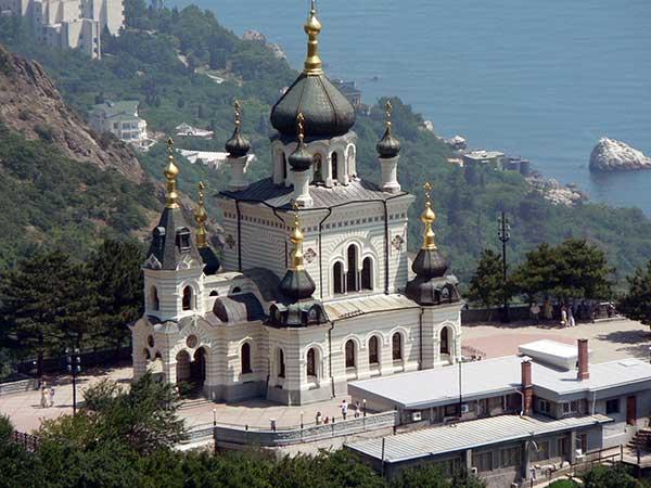 Вид на церковь Воскресения Христова в Форосе фото