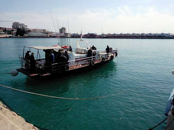 Отход на групповую рыбалку в море фото