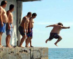 Соревнования по прыжкам в воду в семейных трусах