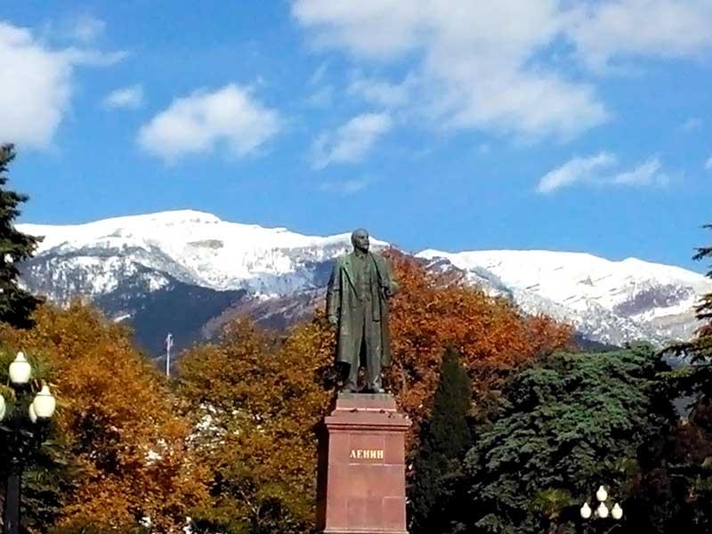 Памятник В.И. Ленину на набережной Ялты