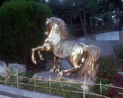 Фигура коней в парке