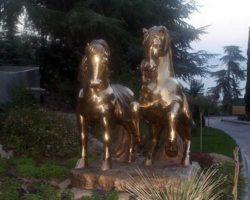 Постамент коням