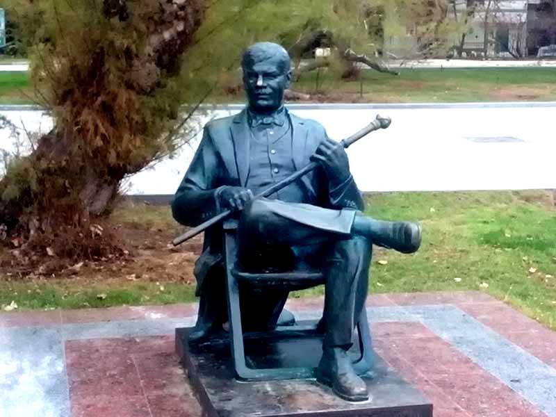 Памятник актеру Михаилу Пуговкину в Ялте