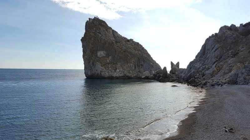 Пляж возле скалы дива