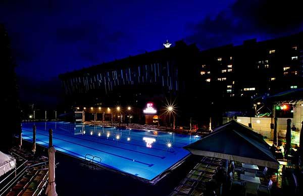 Ночной вид бассейна в гостинице Ялта