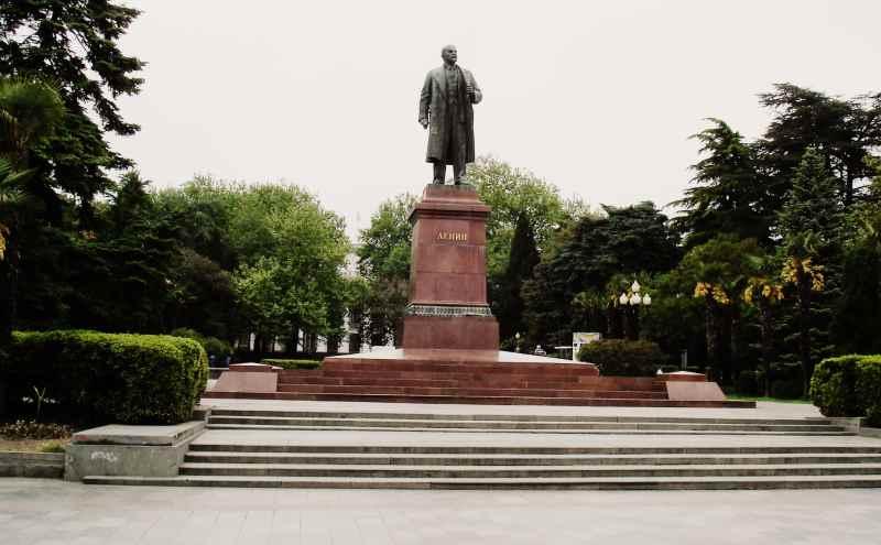 Памятник Ленину на набережной Ялты
