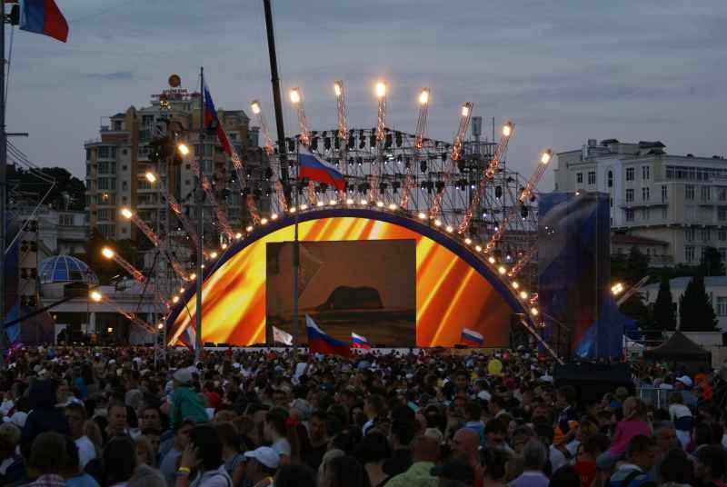 День России на набережной Ялты, первый год воссоединение с Россией