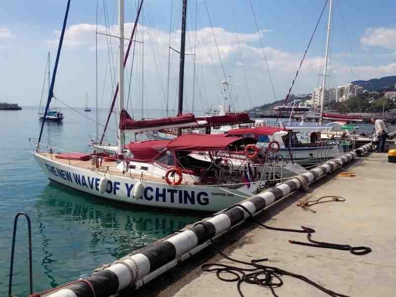 Яхты для прогулок на набережной Ялты