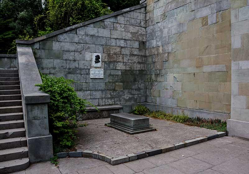 Табличка в честь украсившего росписью армянскую церковь В.Я.Суренянц