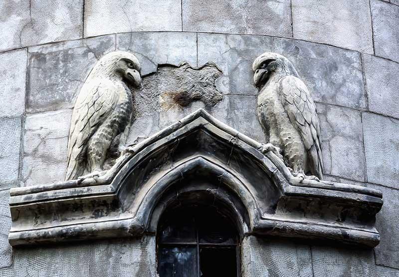 Изображение птиц на фасаде здания храма Святой Рипсиме