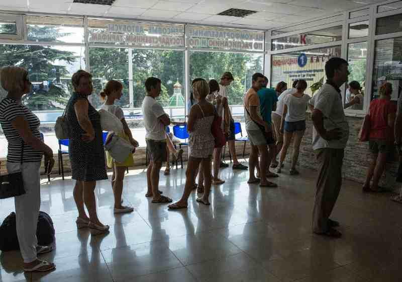 Ялтинский автовокзал - очередь в кассу за билетами