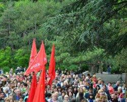 Колона с флагами