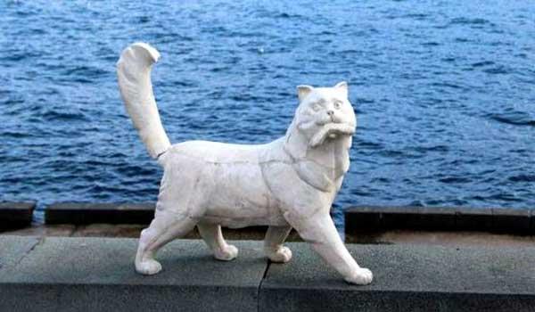 Кот Сосискин из гипса на набережной Ялты
