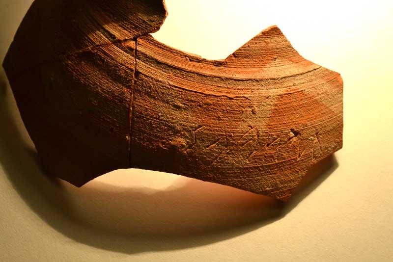 Находка - фрагмент расписного кувшина с надписью тюркскими рунами.