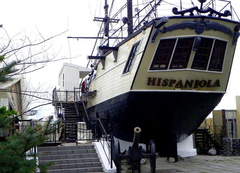 Шхуна «Эспаньола» на набережной Ялты
