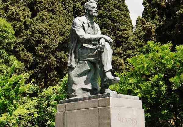 Памятник Чехову в Приморском парке